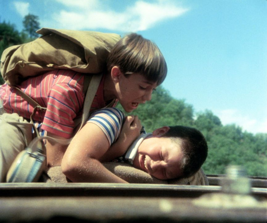Der Marsch durch die Wildnis wird zu einer Bewährungsprobe für sie alle. Teddy, Vern, Gordie (Wil Wheaton, l.) und Chris (River Phoenix, unten) müss... - Bildquelle: Columbia Pictures
