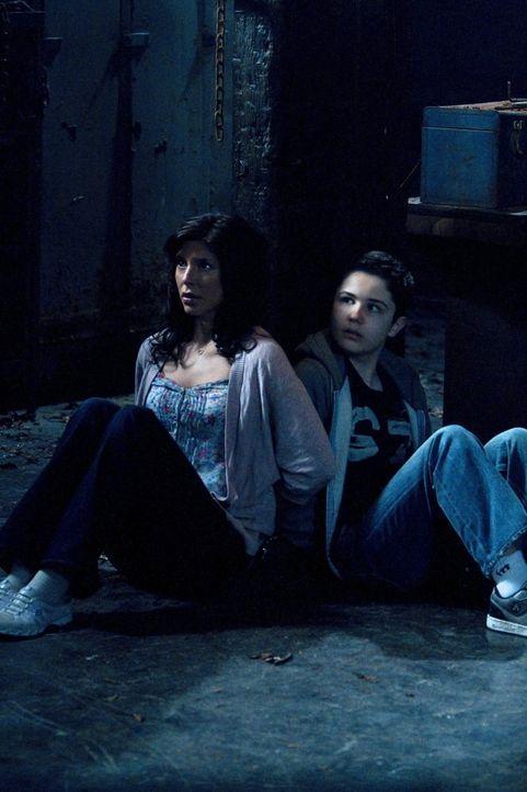 Ausgerechnet Lisa (Cindy Sampson, l.) und Ben (Nicholas Elia, r.) werden von Crowley entführt, um Dean aus der Reserve zu locken ... - Bildquelle: Warner Bros. Television