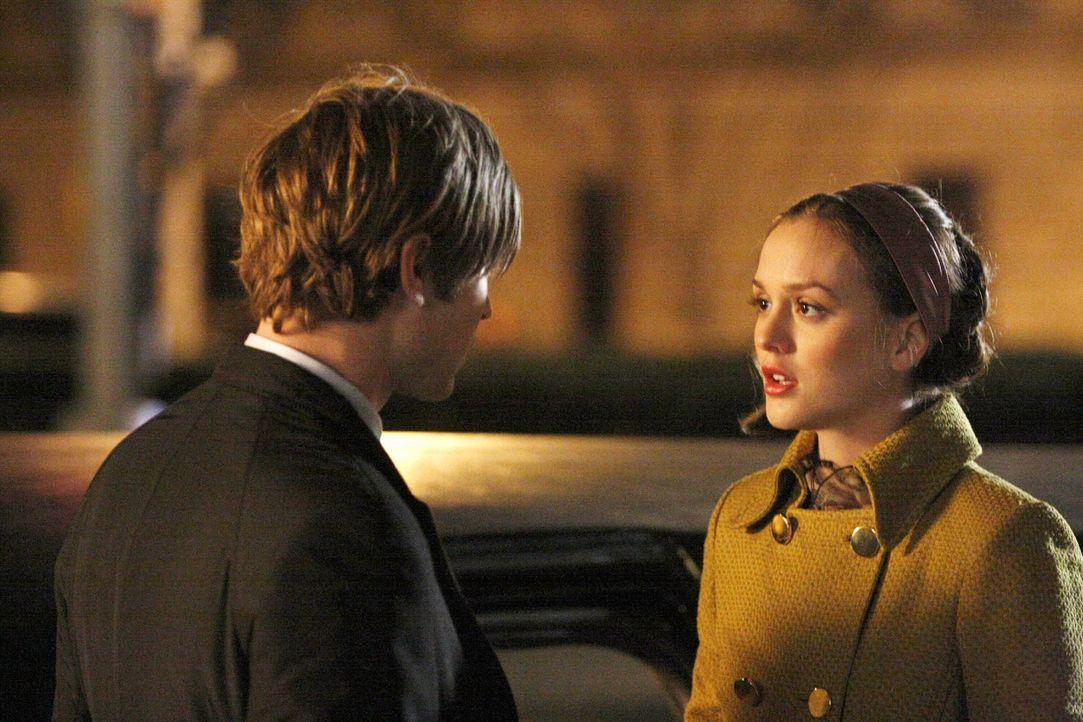 Als Nate (Chace Crawford, l.) erfährt, dass Blair (Leighton Meester, r.) einen Deal mit seinem Großvater William abgeschlossen hat, ist er total ent... - Bildquelle: Warner Bros. Television