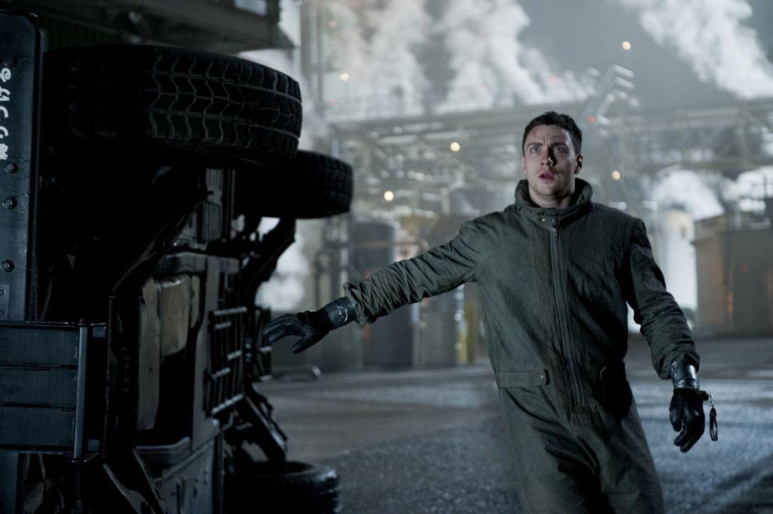 Als Ford Brody (Aaron Taylor-Johnson) mit seinem Vater am ehemaligen Unglücksort ankommen, trauen sie ihren Augen nicht: Das Militär bewacht einen r... - Bildquelle: 2014   Warner Bros.