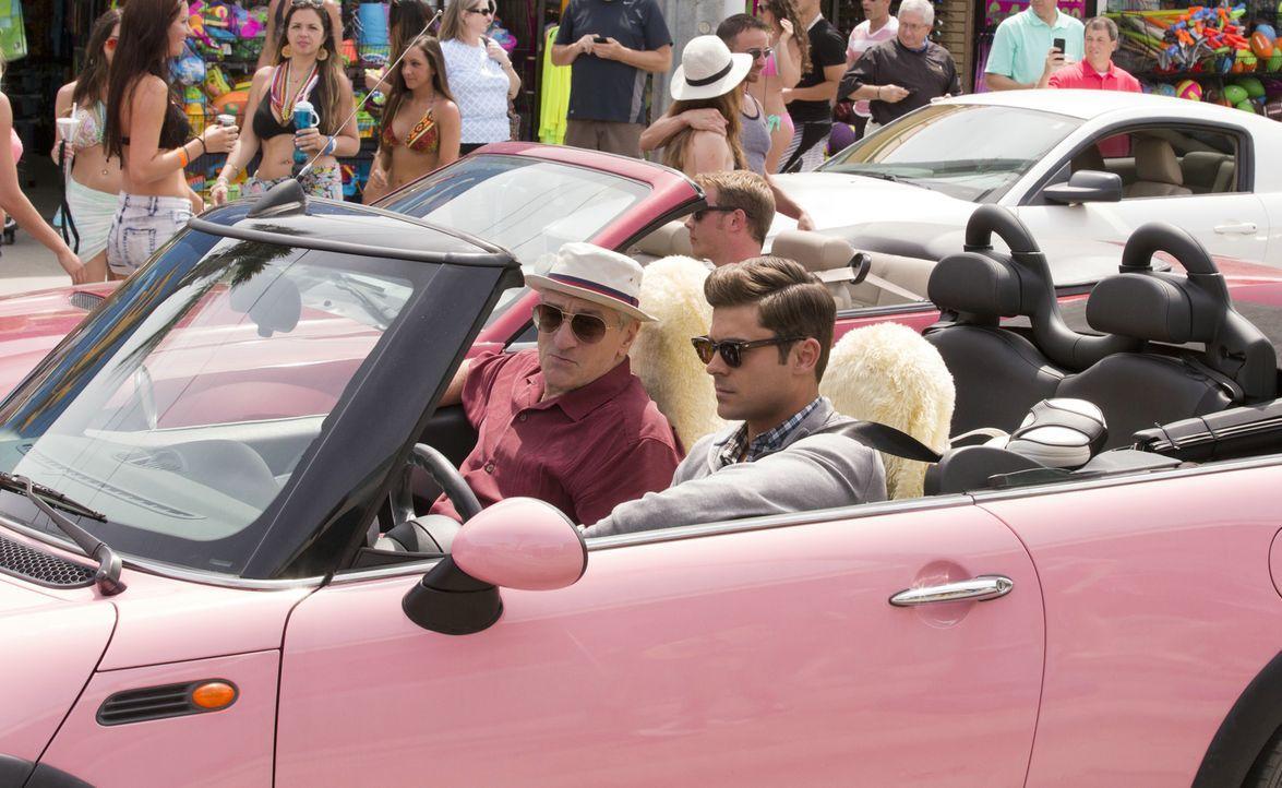 Eigentlich wollte Jason (Zac Efron, r.) seinen Großvater Dick (Robert De Niro, l.) nur auf der traditionellen Reise nach Florida begleiten, die er s... - Bildquelle: 2016 Constantin Film Verleih GmbH