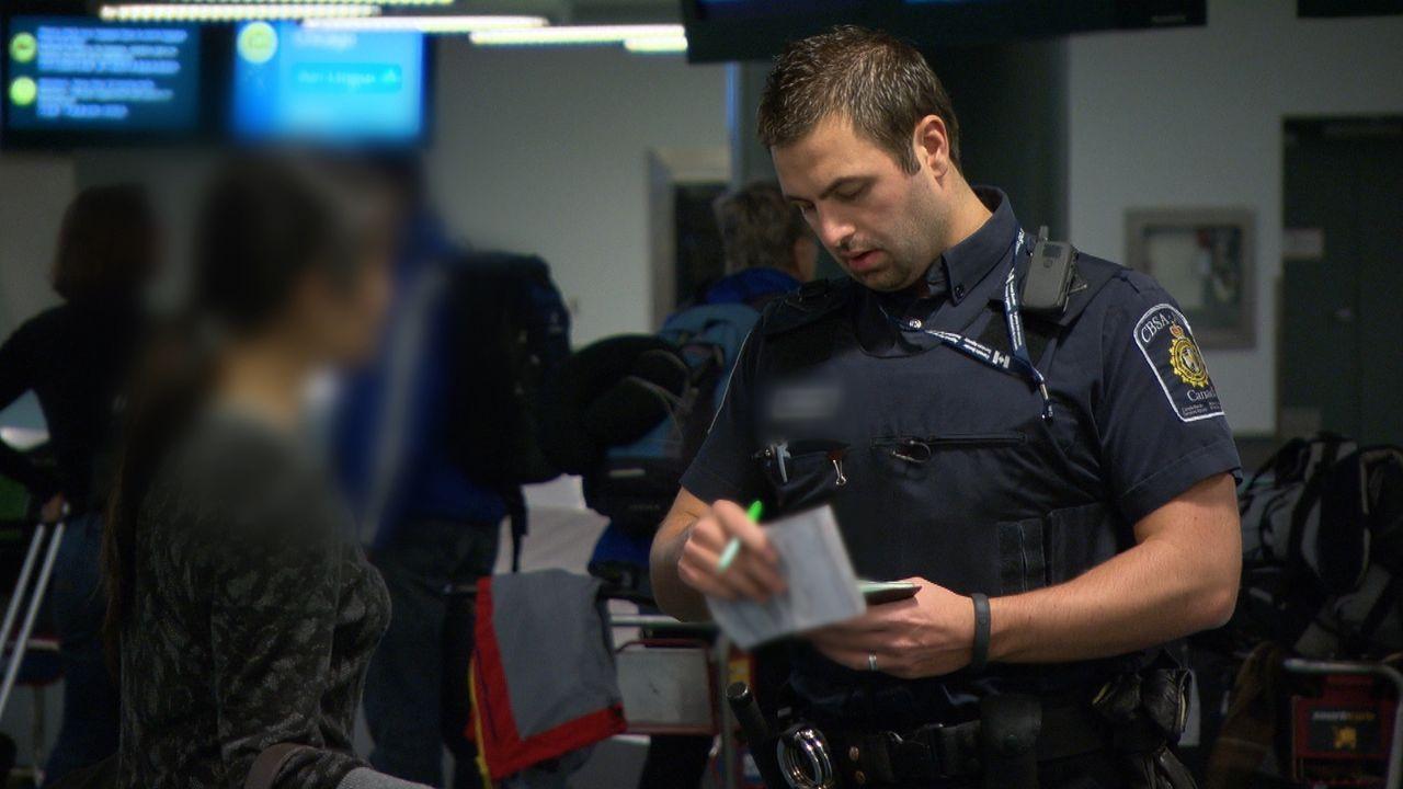 Die Zollbeamten checken fast schon akribisch jeden Pass - auch auf die Gültigkeit. - Bildquelle: Force Four Entertainment / BST Media 2 Inc.