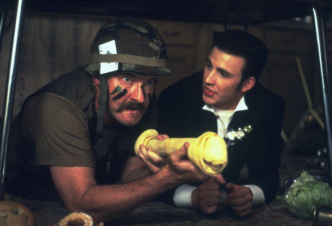 Um seine Angebetete erobern zu können, setzt Jake (Chris Evans, r.) unglückseligerweise Mr. Briggs (Randy Quaid, l.) auf sie an ... - Bildquelle: 2003 Sony Pictures Television International. All Rights Reserved.