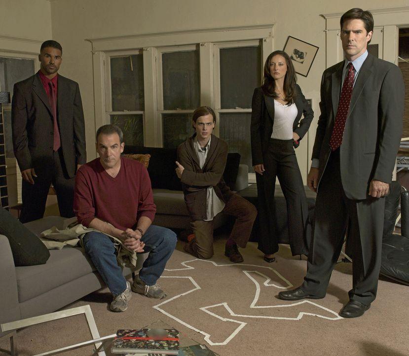 (1. Staffel) - Ein starkes Team, das jeden Serientäter zur Strecke bringt: Special Agent Jason Gideon (Mandy Patinkin, 2.v.l.), Special Agent Derek... - Bildquelle: Touchstone Television