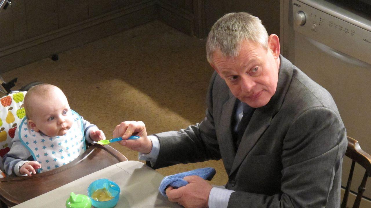 Natürlich vergrätzt Doc Martin (Martin Clunes, r.) das erste Kindermädchen schnell, doch dann tut sich eine Riesenchance auf ... - Bildquelle: BUFFALO PICTURES/ITV