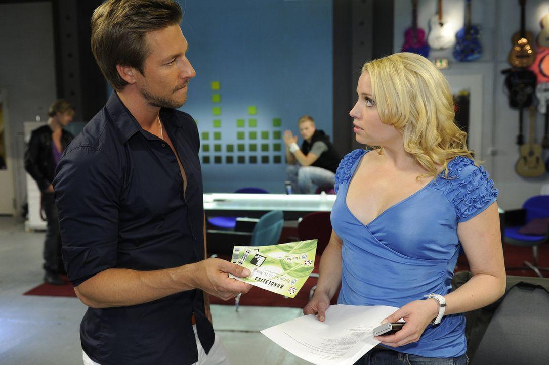 Miriam (Caroline Maria Frier, r.) kann es nicht fassen, Frank (Hendrik Borgmann, l.) bombardiert sie mit Arbeit ... - Bildquelle: SAT.1
