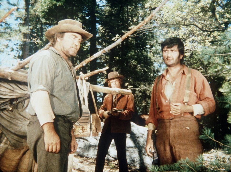 Jamie (Mitch Vogel, M.) überrumpelt zwei Goldsucher, die auf der Ponderosa unerlaubt schürfen. - Bildquelle: Paramount Pictures