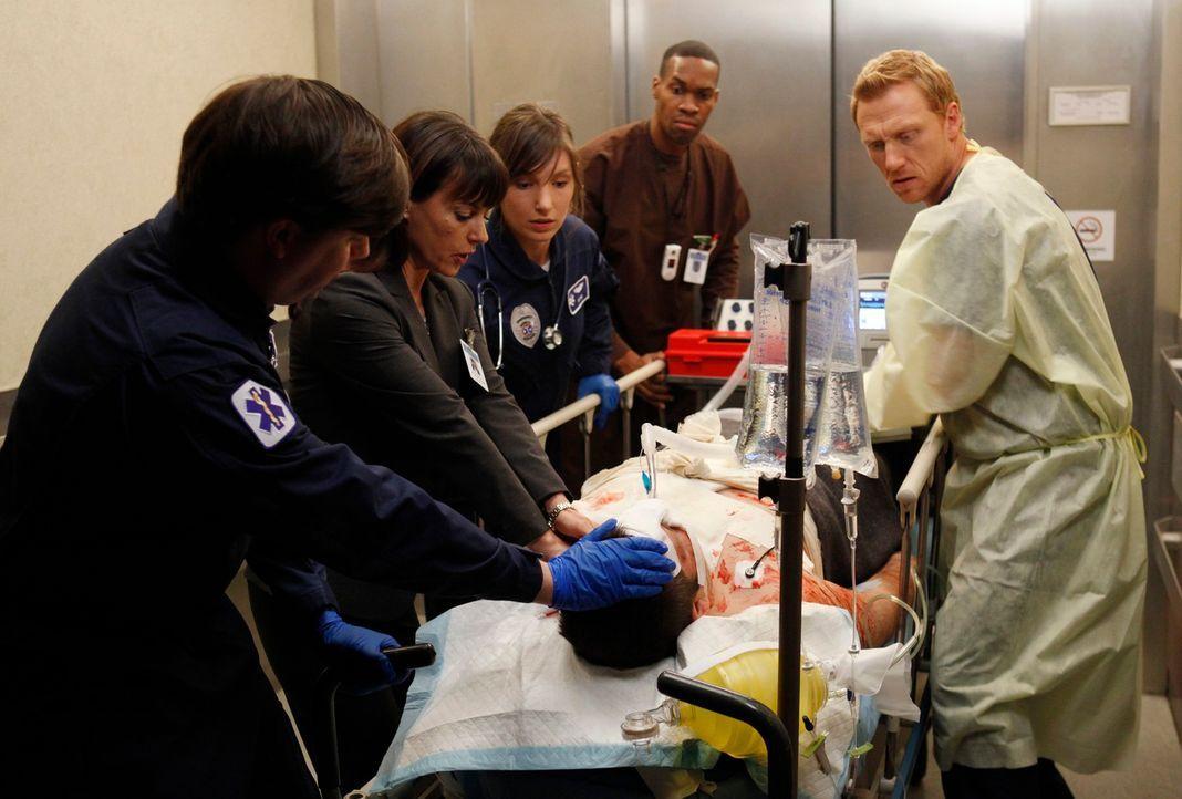 Owen (Kevin McKidd, r.) versucht alles, um Dr. Cahill (Constance Zimmer, 2.v.l.) davon zu überzeugen, die Notaufnahme nicht zu schließen. Als ein Pa... - Bildquelle: ABC Studios