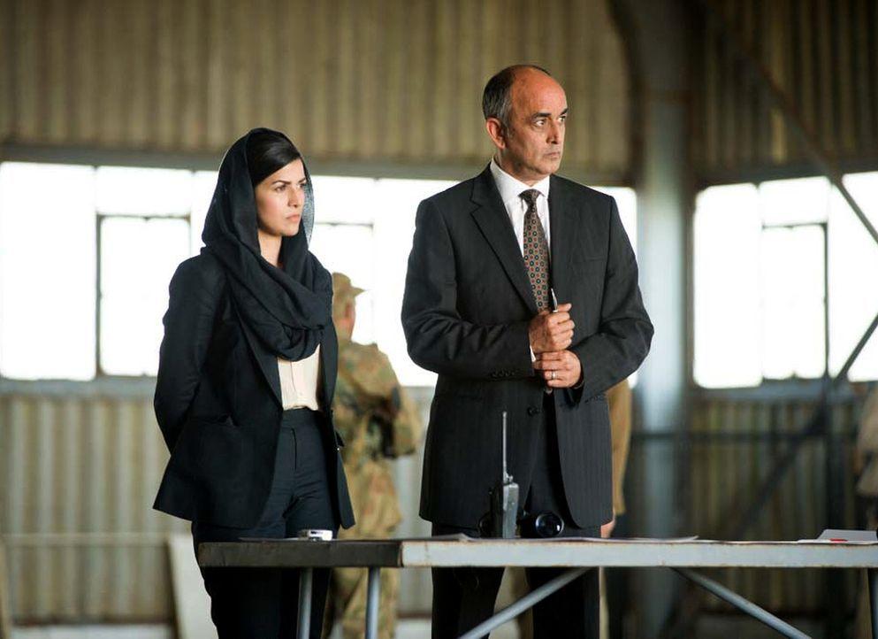 Gemeinsam mit Tasneem Qureshi (Nimrat Kaur, l.) und Bunny Latif (Art Malik, r.) bereiten Carrie und Quinn den Austausch der Terroristen gegen Saul v... - Bildquelle: 2014 Twentieth Century Fox Film Corporation