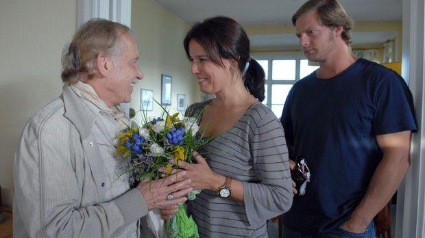 Dirk Petersen (Tilo Prückner, l.) kommt mit einem Blumenstrauß bei Jana (Dési...
