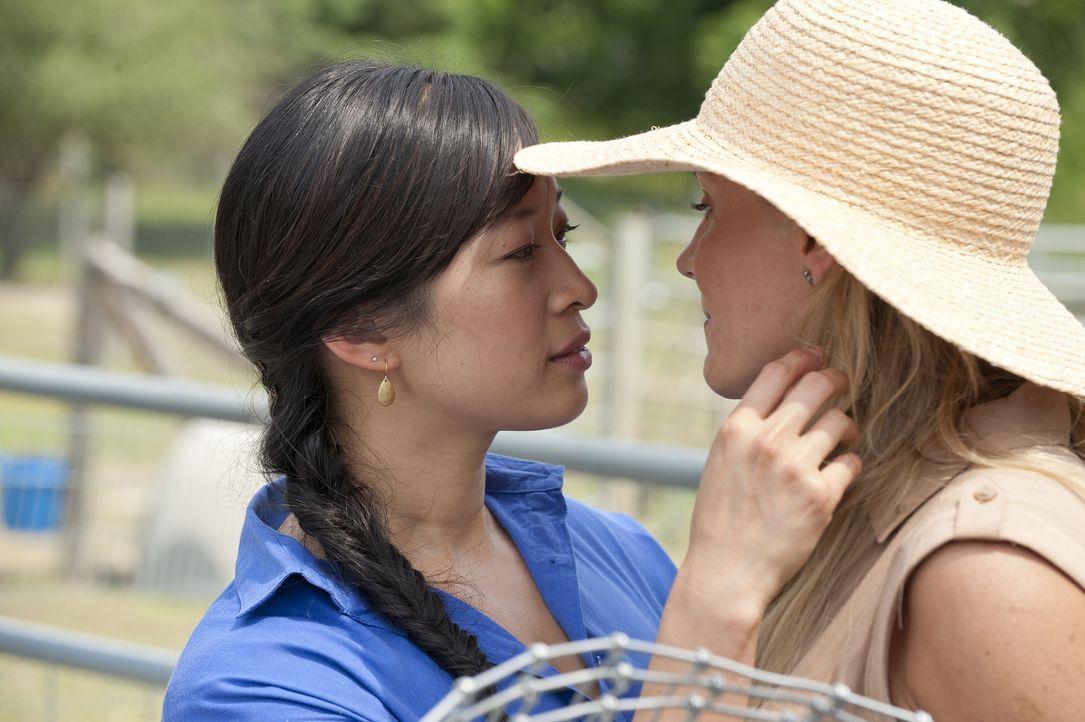 Noch ahnen Anna (Camille Chen, l.) und Elyse (Julie Benz, r.) nicht, dass Elyse eine noch unentdeckte Krankheit hat ... - Bildquelle: David Giesbrecht 2011 Open 4 Business Productions, LLC. All Rights Reserved.