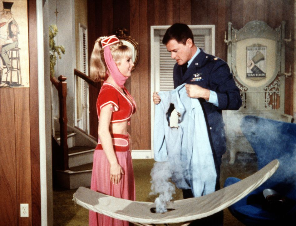 Als Jeannie (Barbara Eden, l.) versucht, ihrem Meister Tony (Larry Hagman, r.) ohne ihre Zauberkräfte den Haushalt zu führen, ist ein ruiniertes Hem... - Bildquelle: Columbia Pictures