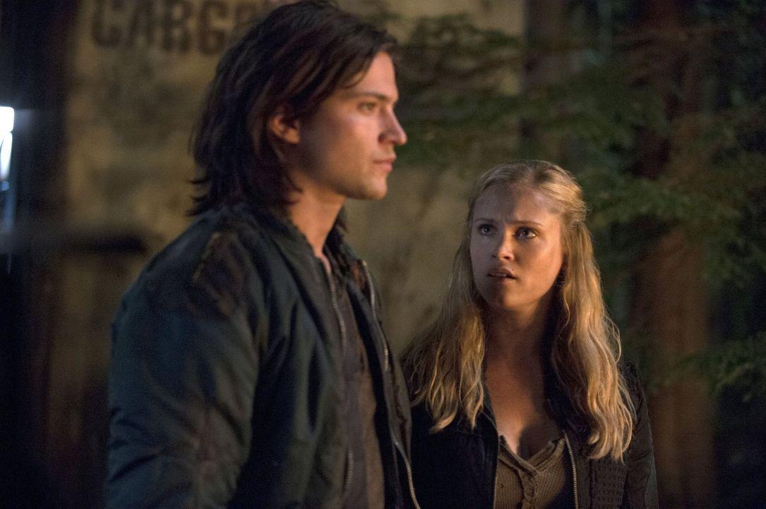Wird es ausreichen, wenn sich Finn (Thomas McDonell, l.) und Clarke (Eliza Taylor, r.) gegen die neuen Regeln von Bellamy auflehnen? - Bildquelle: Warner Brothers