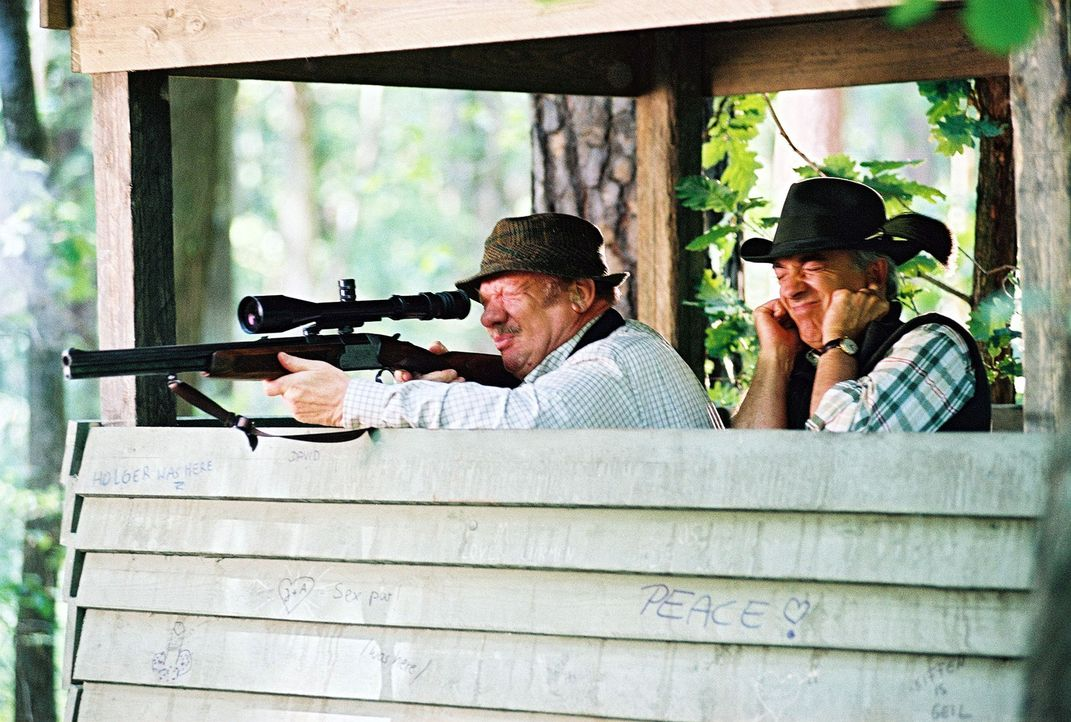 Während Sandra ihre Aufgabe als Trauzeugin sehr ernst nimmt, gilt Felix' (Christoph M. Ohrt, r.) Interesse mehr der Jagd. Onkel Achim (Wolfgang Völz... - Bildquelle: Hardy Spitz Sat.1