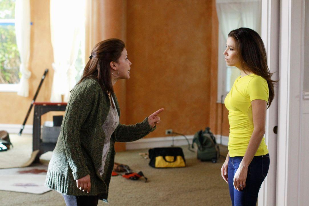Gabrielle (Eva Longoria, r.) lüftet ein Geheimnis, was Claudia Sanchez (Justina Machado, l.) alles andere als recht ist ... - Bildquelle: 2011 American Broadcasting Companies, Inc. All rights reserved.