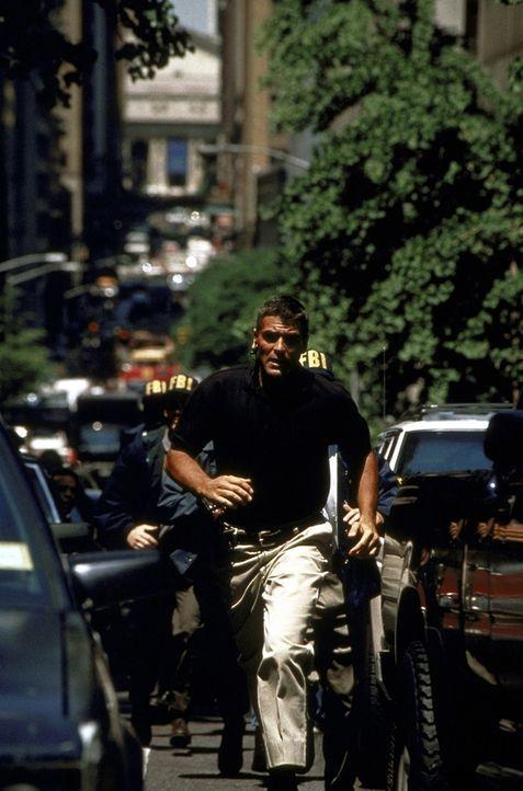 Thomas Devoe (George Clooney) bleibt nicht viel Zeit, Amerika zu retten ... - Bildquelle: DreamWorks SKG