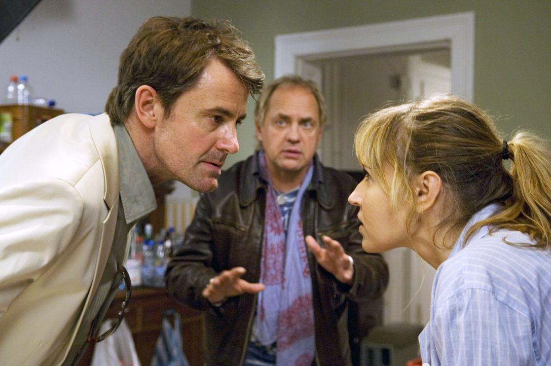 Carlo (Uwe Ochsenknecht, M.) versucht zwischen Ellen (Anica Dobra, r.) und ihrem Ex-Mann Michael (Robert Lohr, l.) zu vermitteln ... - Bildquelle: Gordon Mühle Sat.1
