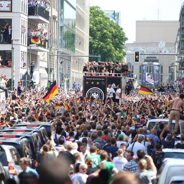 Weltmeister 2014: Die TOP15 Bilder von der Fanmeile in Berlin: Platz15 - Bildquelle: WENN