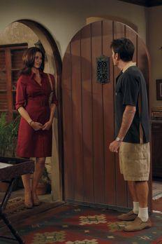 Two and a Half Men - Charlie (Charlie Sheen, r.) trifft zufällig die beste Fr...