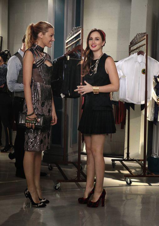 Blair und Serena lächeln - Bildquelle: Warner Bros. Television