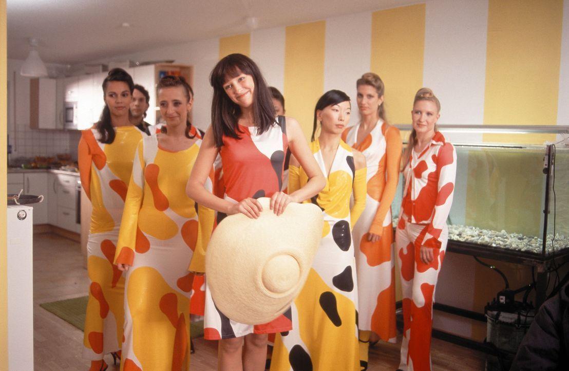 """Designerin Ida (Alexandra Maria Lara, vorne) möchte mit ihrer Mode im """"Koi-Design"""" Karriere machen. Dafür ist sie auch gerne bereit, ihr Familienl... - Bildquelle: Constantin Film"""