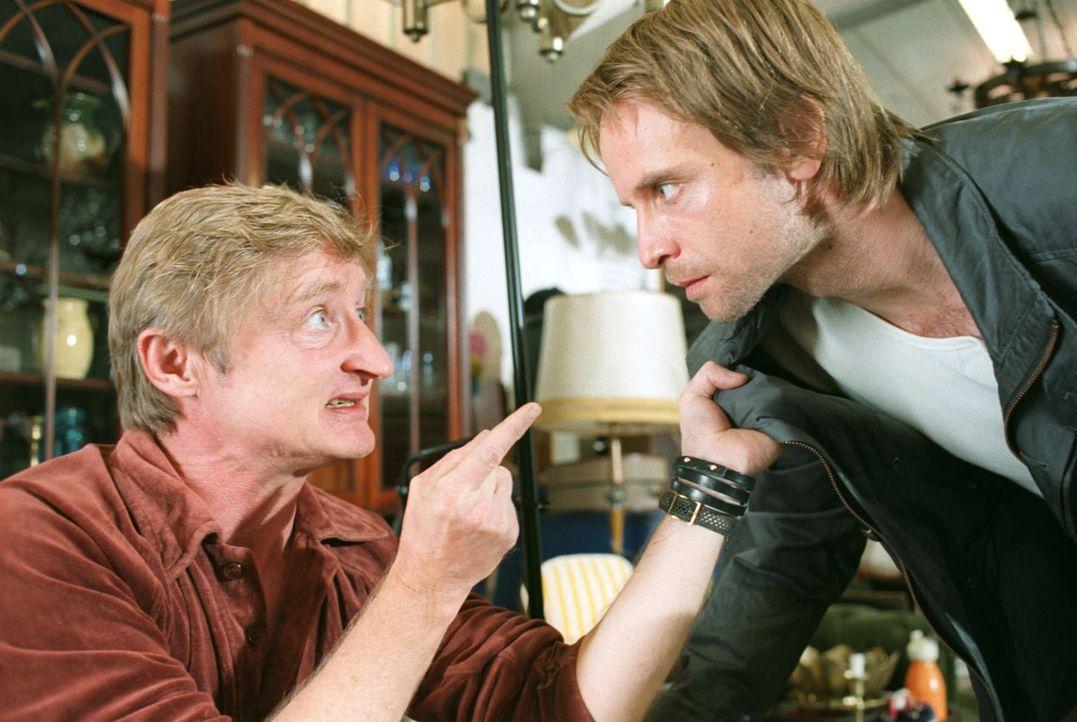 Kai Lohberg (Julian Weigend, r.) ist auf der Flucht und versteckt sich bei dem Trödler und Hehler Toni (Michael Schreiner, l.).