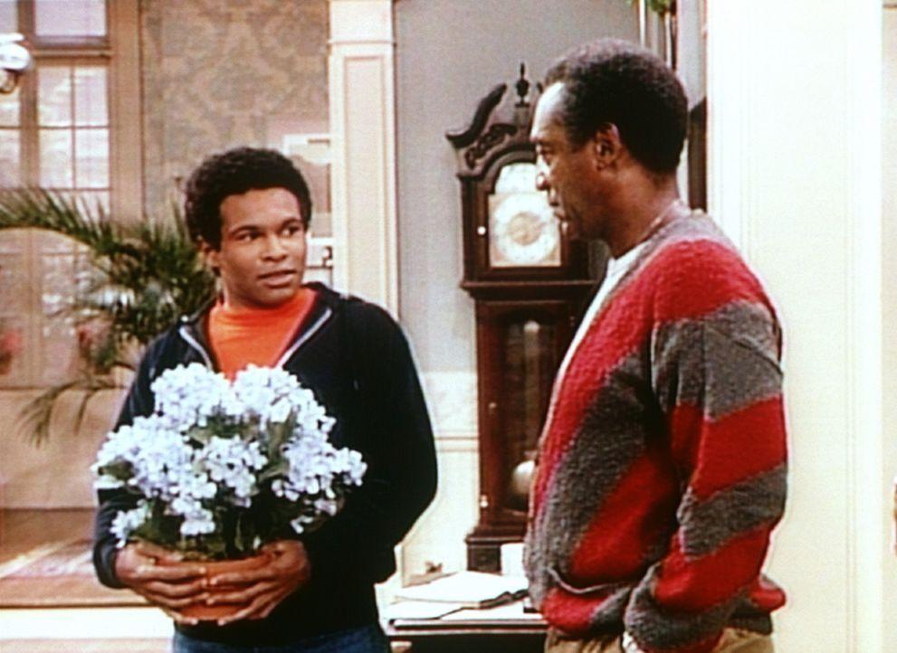 Zur Versöhnung bringt Elvin (Geoffrey Owens, l.) Sondra Blumen mit. Cliff (Bill Cosby, r.) macht sich da so seine Gedanken. - Bildquelle: Viacom