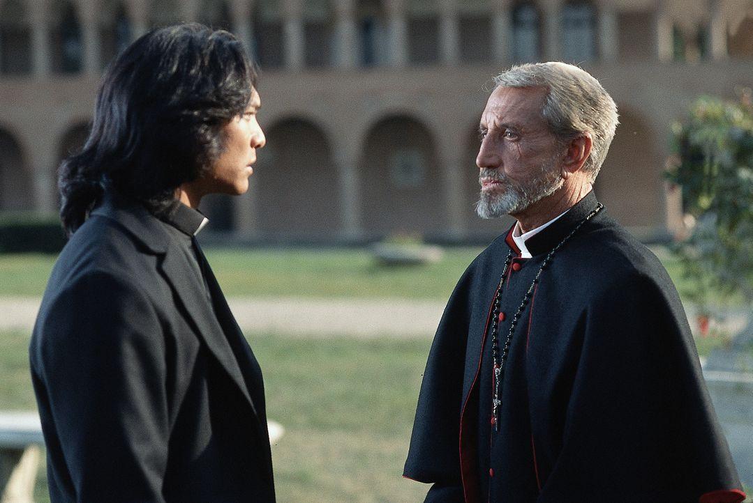 Sie haben keine Zeit zu verlieren: Pater Uffizi (Jason Scott Lee, l.) und Kardinal Siqueros (Roy Scheider, r.) beraten darüber, wie sie gegen Dracul... - Bildquelle: Buena Vista Home Entertainment, Inc. All rights reserved