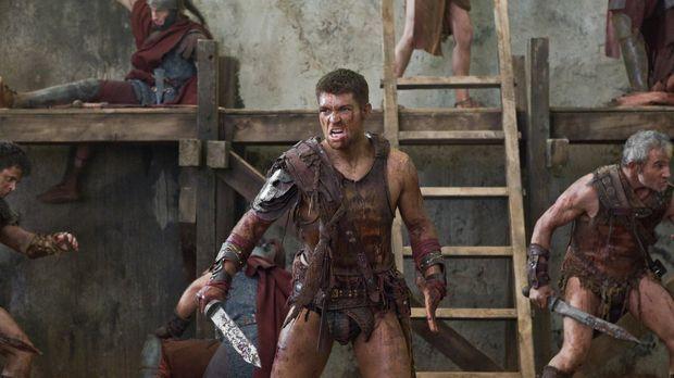Holt zum finalen Gegenschlag aus: Spartacus (Liam McIntyre) ... © 2011 Starz...