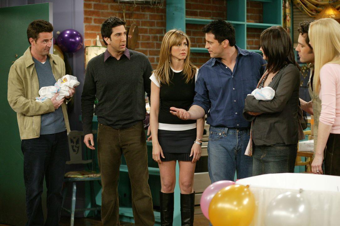 Haben Nachwuchs bekommen: Ross (David Schwimmer, 2.v.l.), Rachel (Jennifer Aniston, 3.v.l.), Monica (Courteney Cox, 3.v.r.), Chandler (Matthew Perry... - Bildquelle: 2003 Warner Brothers International Television