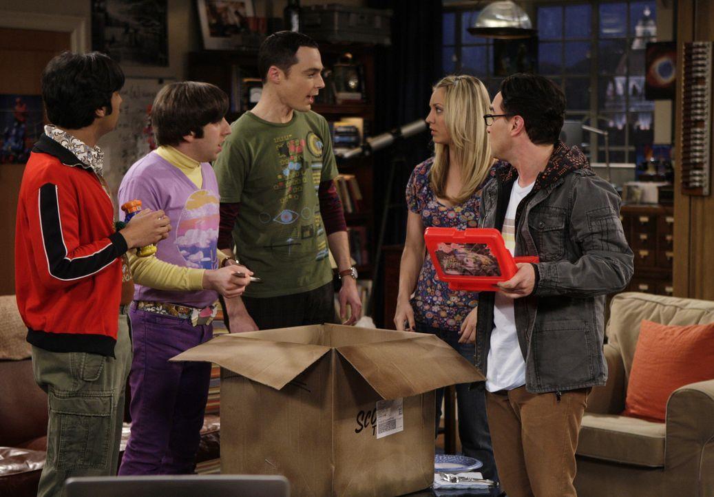 Penny (Kaley Cuoco, 2.v.r.) kann nicht glauben, dass Leonard (Johnny Galecki, r.), Sheldon (Jim Parsons, M.), Raj (Kunal Nayyar, 2.v.l.) und Howard... - Bildquelle: Warner Bros. Television
