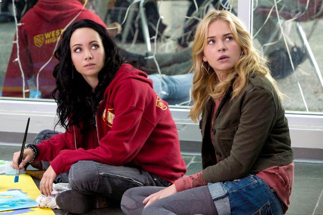 Natasha (Ksenia Solo, l.) und Lux (Britt Robertson, r.) stecken mitten in den Vorbereitungen für den Homecoming-Ball auf der Westmonte Highschool ... - Bildquelle: The CW   2010 The CW Network, LLC. All Rights Reserved