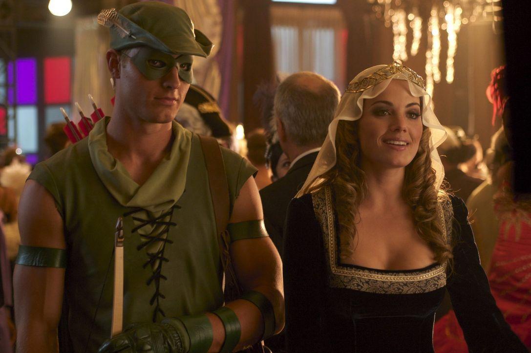 Das Charity-Event von Lex ist eine Kostümparty, zu der auch Queen (Justin Hartley, l.) und Lois (Erica Durance, r.) gehen ... - Bildquelle: Warner Bros.