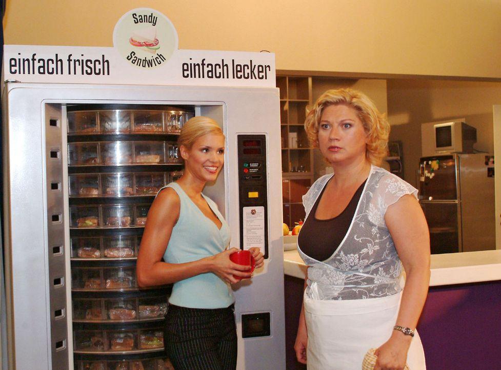 Agnes (Susanne Szell, r.) ist entsetzt, als ein Sandwich-Automat geliefert wird. Sabrina (Nina-Friederike Gnädig, l.) kann sich mit der Bemerkung, d... - Bildquelle: Monika Schürle Sat.1