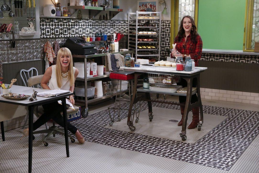 Haben bei der Arbeit viel Spaß:  Max (Kat Dennings, r.) und Caroline (Beth Behrs, l.) ... - Bildquelle: Warner Brothers