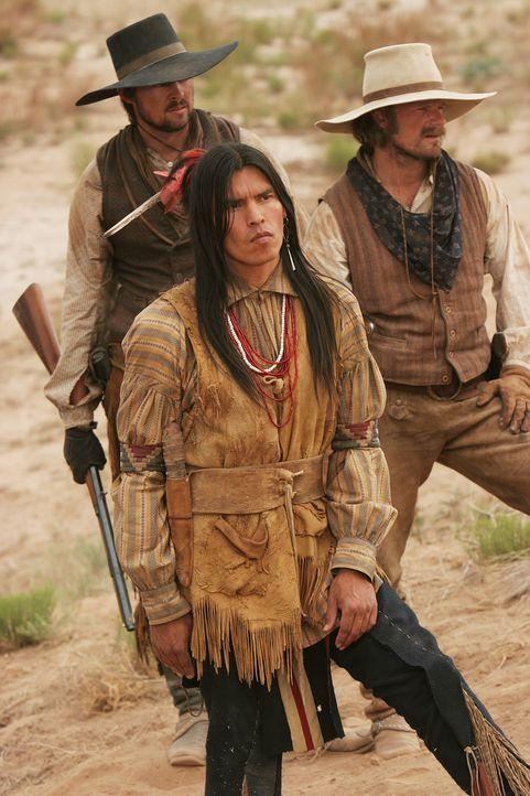 Bei ihrer Jagd nach dem Pferdedieb Kicking Wolf müssen sich Woodrow F. Call (Karl Urban, l.) und Gus McGrae (Steve Zahn, r.) auf ihren Kundschafter... - Bildquelle: 2006 CBS Broadcasting Inc. All Rights Reserved.