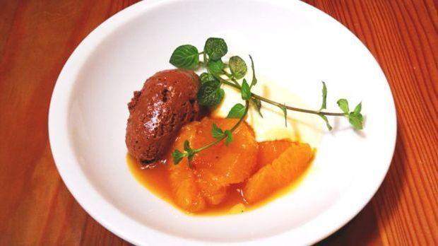 Dunkle und helle Mousse mit raffiniert marinierten Orangenfilets