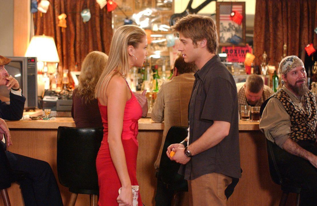 Durch Jenn (Kristen Renton, l.) geraten Ryan (Benjamin McKenzie, r.) und Seth in eine kritische Situation ... - Bildquelle: Warner Bros. Television