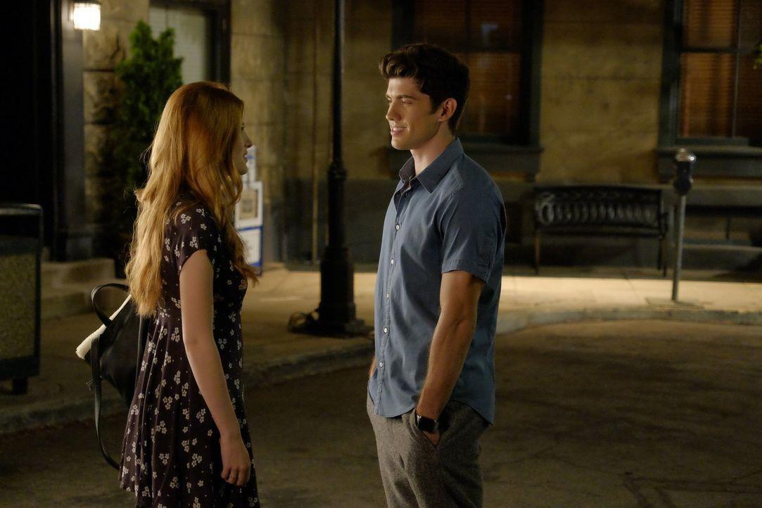 Als ob der Druck vom ersten Drehtag nicht schon genug wäre, überrumpelt Rainer (Carter Jenkins, l.) Paige (Bella Thorne, r.) auch noch mit einem Ges... - Bildquelle: Warner Bros.