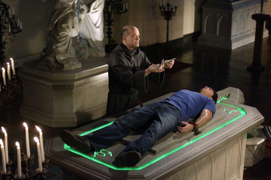 Als Clark (Tom Welling, r.) einer Nachricht folgt, tappt er direkt in eine Falle. Der Priester (Robert Picardo, l.) will ihm nun seiner Kräfte berau... - Bildquelle: Warner Bros.