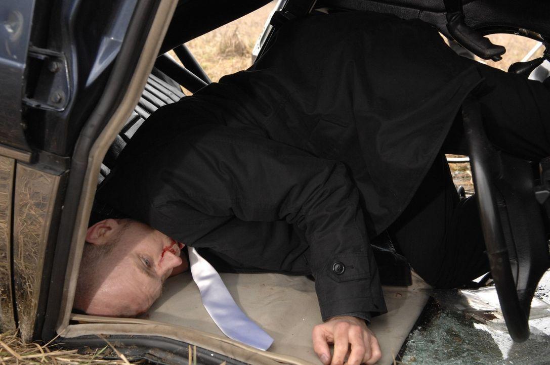 Gerrit (Lars Löllmann) klemmt fest - kann er sich aus dem Wagen, der Feuer fängt, befreien...? - Bildquelle: Claudius Pflug Sat.1