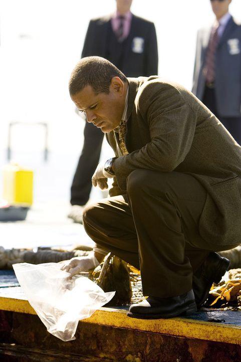 Bei den Ermittlungen stellen Detective Julio Sanchez (Raymond Cruz) und seine Kollegen fest, dass es sich bei dem Todesfall um eine spezielle japani... - Bildquelle: Warner Brothers