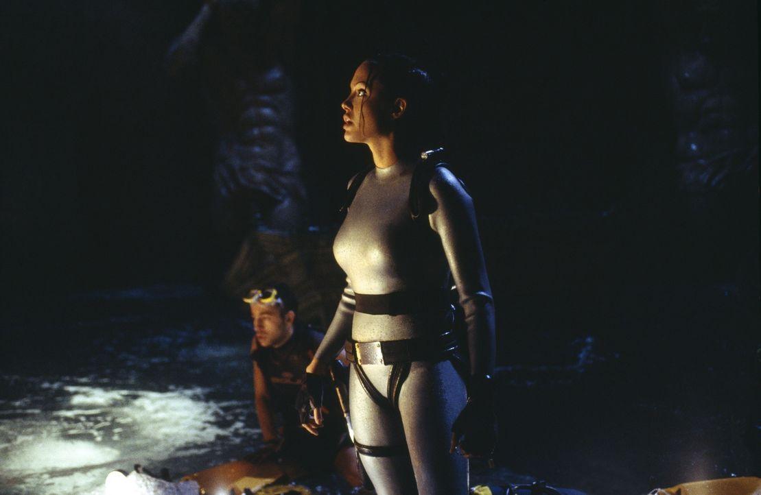 Während Terry versucht, den Fesseln der Abenteuerin zu entkommen, ist Lara (Angelina Jolie) längst über alle Berge. Sie muss vor Reiss am Entstehung... - Bildquelle: 2003 by Paramount Pictures. All Rights Reserved.