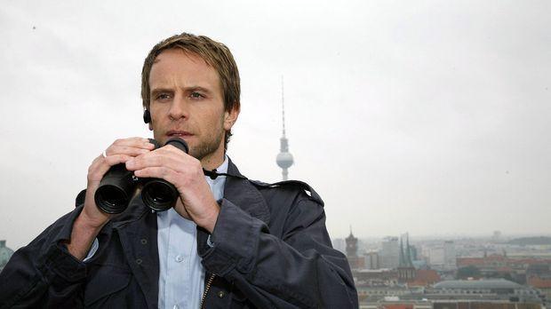 Philip (Julian Weigend) ermittelt in einem Fall, bei dem eine leicht bekleide...
