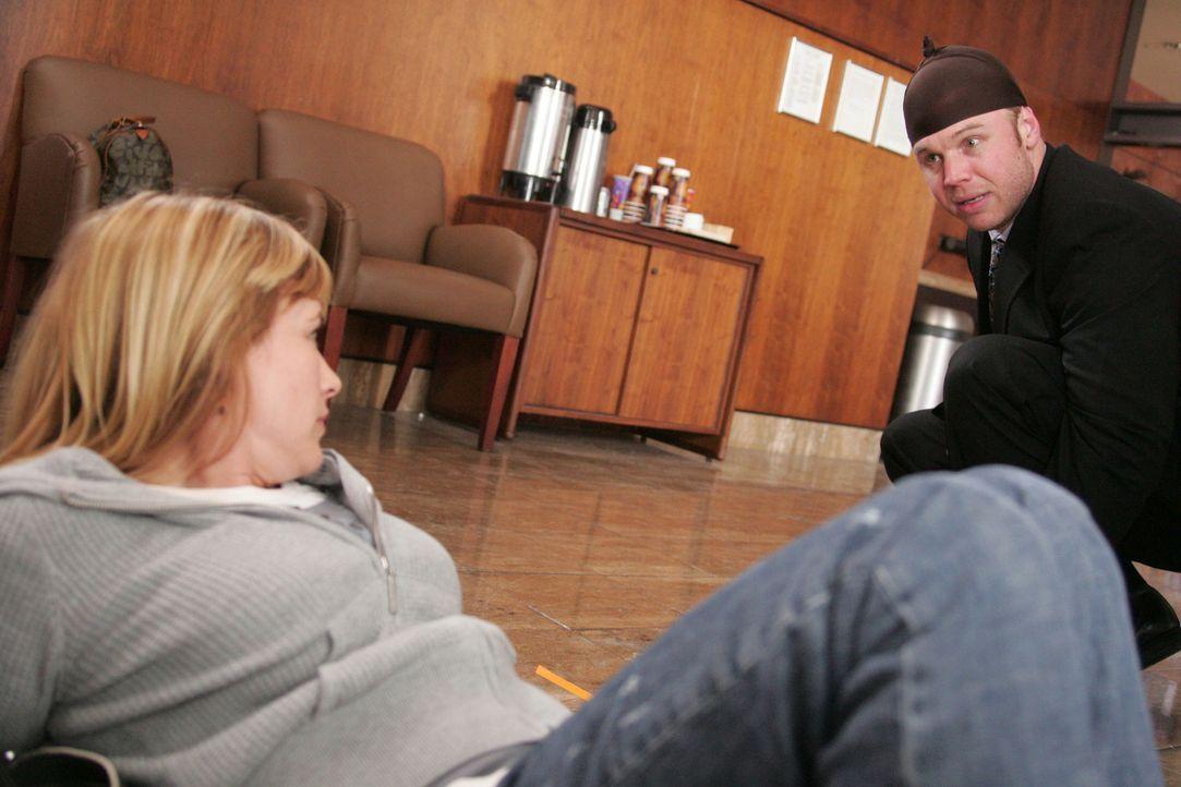 Allison (Patricia Arquette, l.) träumt, dass ihr Bruder Michael (Ryan Hurst, r.) an einem Banküberfall beteiligt ist … - Bildquelle: Paramount Network Television