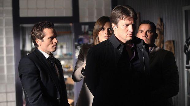 Ist Richard Castle (Nathan Fillion, 2.v.r.) wirklich nur zufällig am Tatort g...