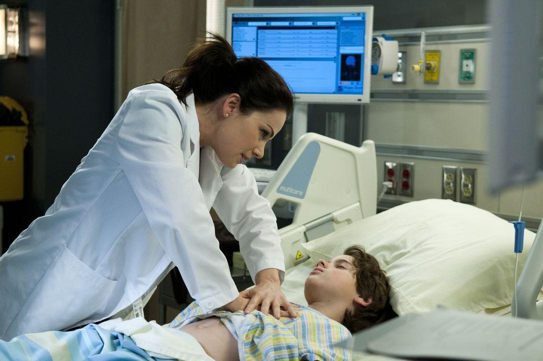 Was ist nur mit dem kleinen Cal (Jake Goodman, r.) los? Der junge Patient braucht Dr. Alex Reids (Erica Durance, l.) volle Aufmerksamkeit. - Bildquelle: 2012  Hope Zee One Inc.