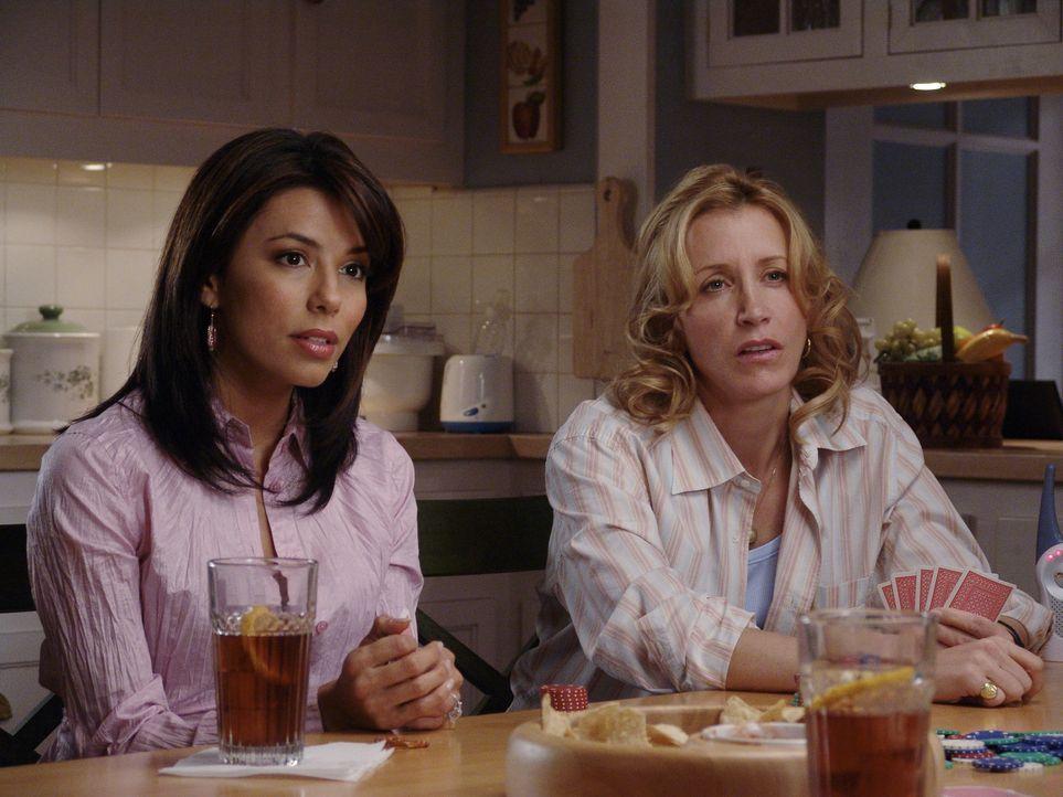 Einem Geheimnis auf der Spur: Gabrielle (Eva Longoria, l.) und Lynette (Felicity Huffman, r.) ... - Bildquelle: Touchstone Television