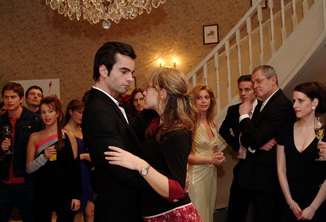 Lisa (Alexandra Neldel, r.) hat Davids (Mathis Künzler, l.) Entschuldigung angenommen und schwebt mit ihm, der sie zum Tanz aufgefordert hat, über d... - Bildquelle: Monika Schürle Sat.1
