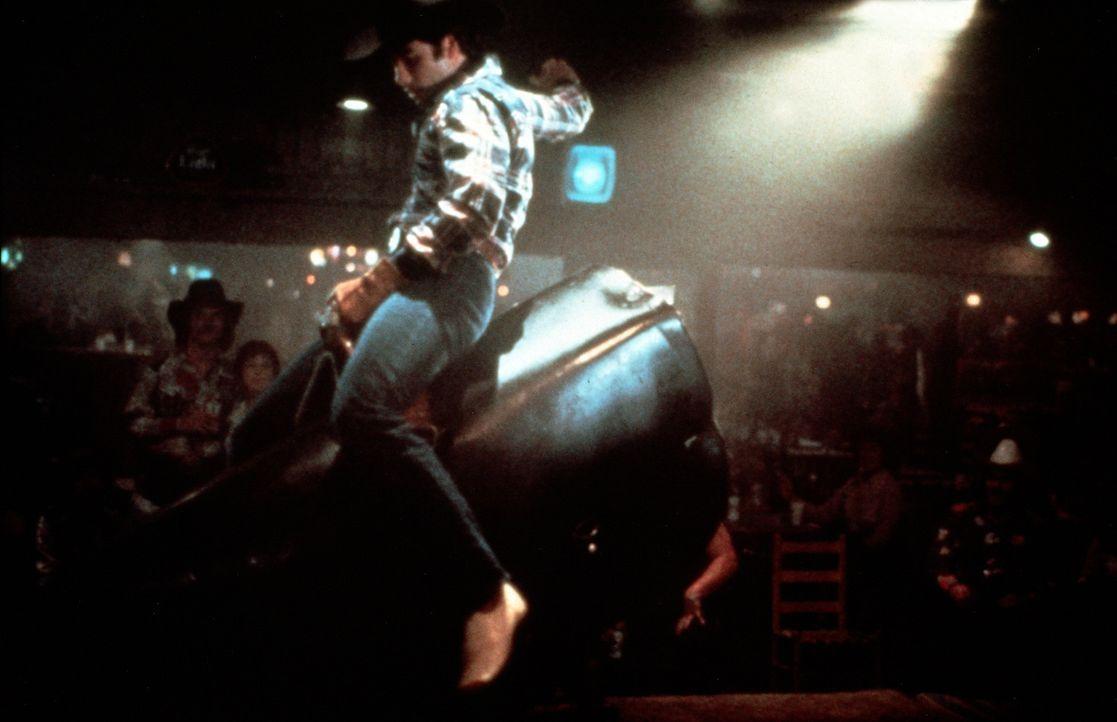 Bald gehört Bud (John Travolta) zu den Besten, wenn's darum geht, den elektrischen Bullen zu zügeln ...